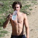zac-efron-shirtless-hiking-pic