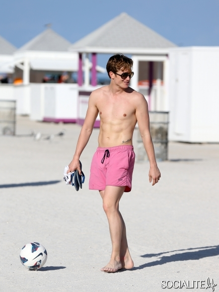 Downton-Abbey-Ed-Speleers-Shirtless-Swim-Trunks-Miami-Florida-01132013-5-435x580
